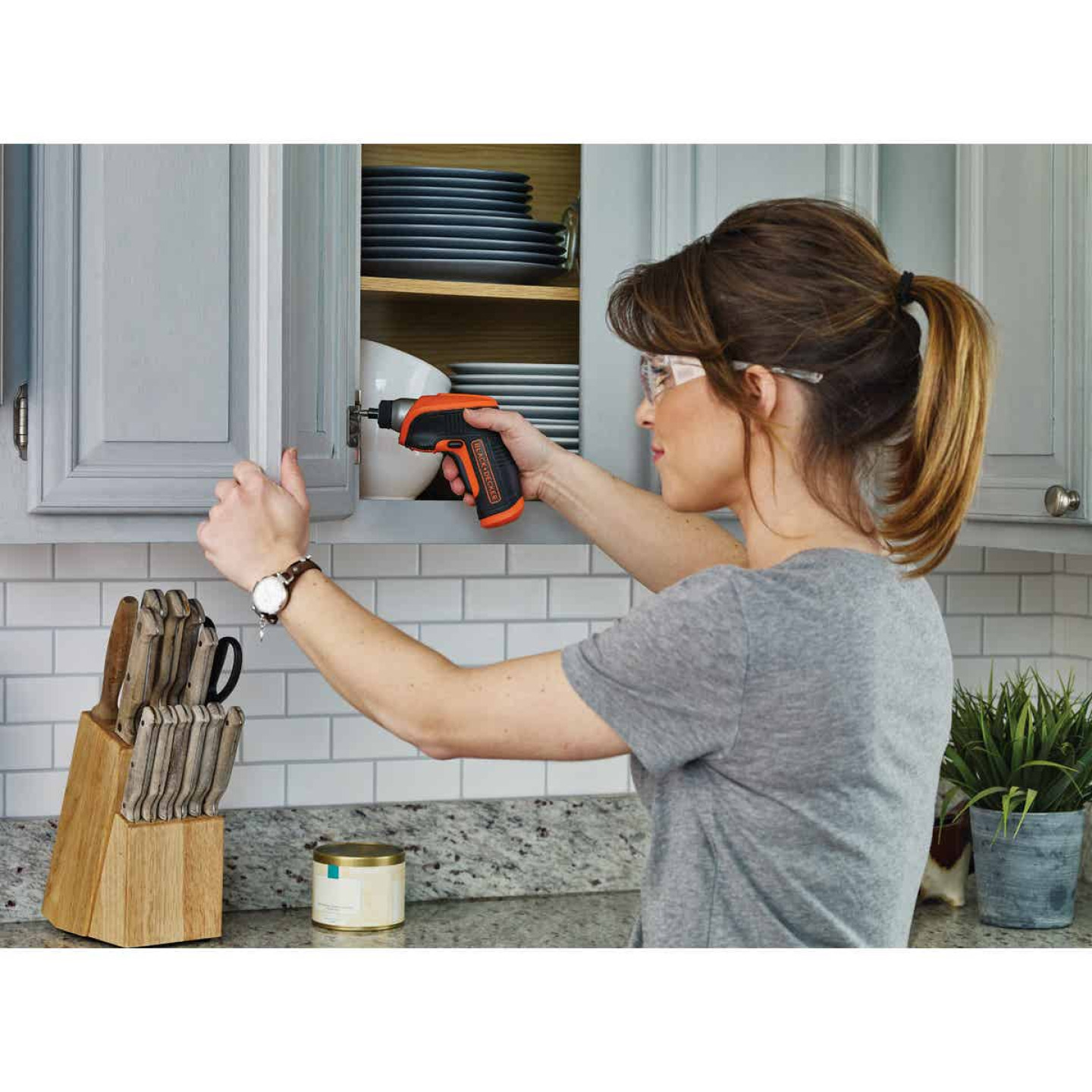 Black & Decker 4 Volt MAX Lithium-Ion 3/8 In. Cordless Screwdriver Kit Image 2